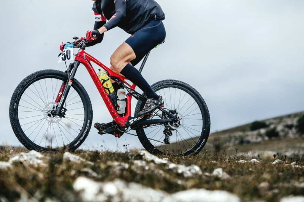 Las bicicletas de montaña que están disponibles en estos días son mucho más ligeras y también ofrecen muchas más opciones en el diseño de la suspensión. Las bicicletas de montaña se pueden clasificar en cuatro clases de acuerdo a su suspensión: 1) Hardtail; 2) Fully-Rigid; 3) Full or Dual Suspension; 4) Soft Tail. La Hardtail Mountain Bike: El cuadro de la hardtail no tiene suspensión trasera, aunque puede venir con una horquilla de suspensión en la parte delantera. La Bicicleta de Montaña Totalmente Rígida: Es una subcategoría de la Bicicleta de Montaña de Cola Dura, que tiene una horquilla que se construye de forma rígida. La bicicleta de montaña con suspensión completa o doble: Como su nombre indica, el cuadro de esta motocicleta está equipado tanto con suspensión delantera en la horquilla como con suspensión trasera. La Soft Tail Mountain Bike: Estos modelos están equipados con suspensión trasera, con un cuadro que tiene menos suspensión en comparación con una bicicleta de doble suspensión.