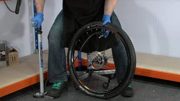 hinchando rueda bicileta despues de repararla