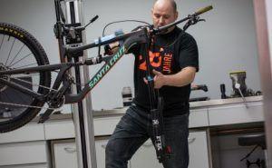 hombre arreglando bicicleta